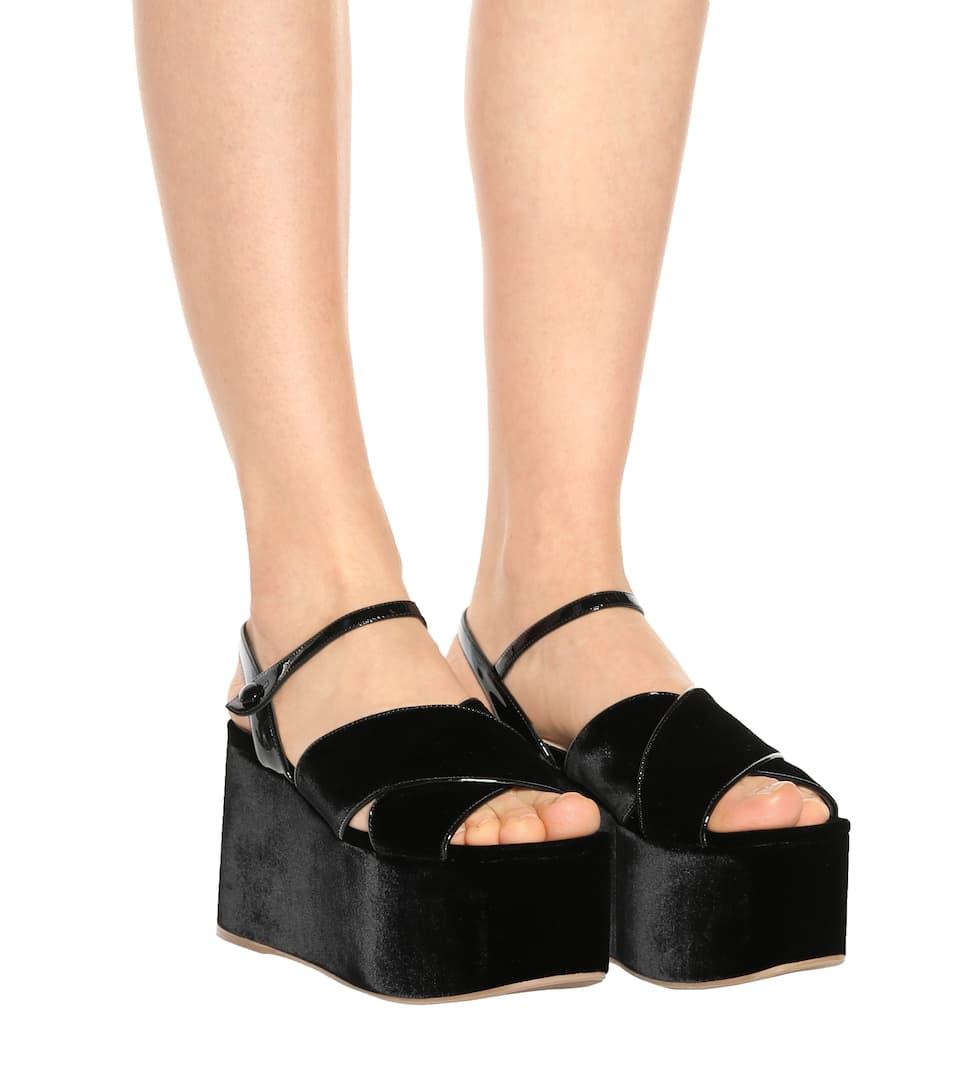 Miu Miu Plateau-Sandalen aus Samt und Lackleder