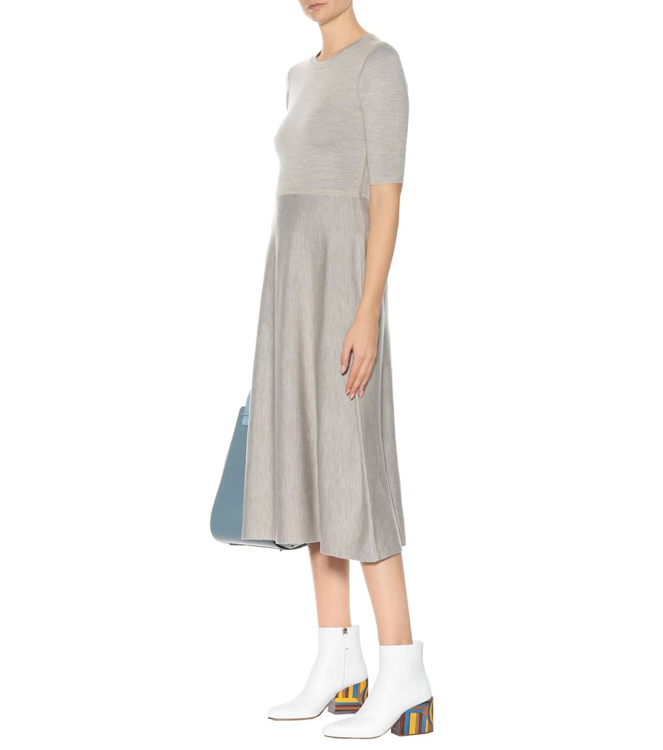 look con botas blancas y vestido
