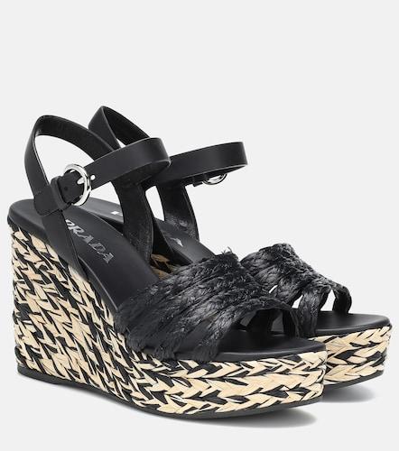 Sandales compensées en cuir et raphia - Prada - Modalova