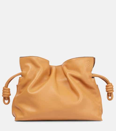 로에베 플라멩고 매듭 클러치 - 데저트 (제니 착용) LOEWE Flamenco Knot leather clutch